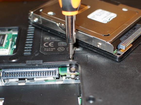 باز کردن پیچ های بدنه لپ تاپ